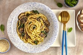 Spaghetti ze szpinakiem i brązowymi pieczarkami i sezamem