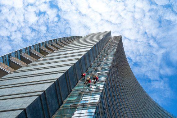 Alpinistyczne mycie okien wieżowca