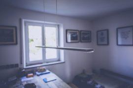 Home office pokój ze zdjęciami na ścianach