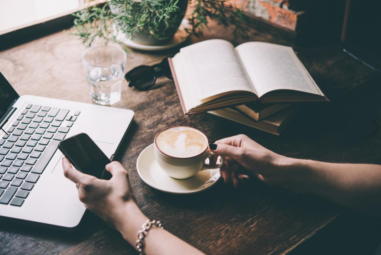 Pisanie na komuterze z kawą