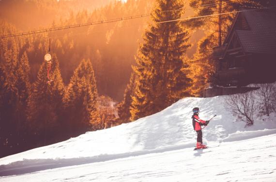 Dziecko na stoku narciarskim