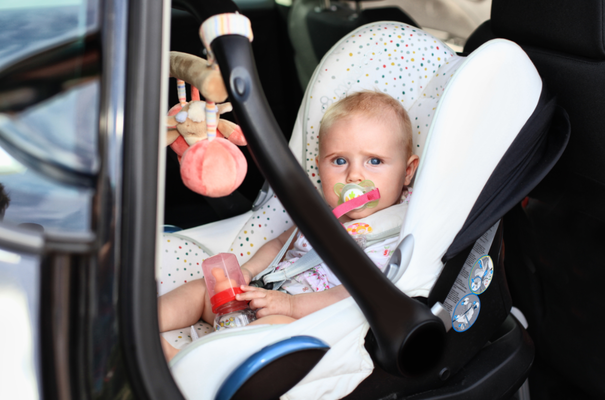 Dziecko w foteliku samochodowym tyłem do jazdy