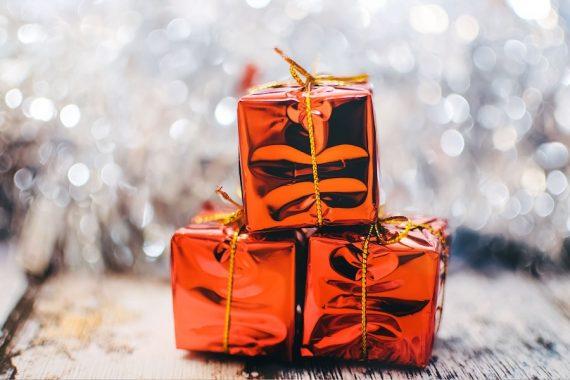 Kolorowe pomarańczowe błyszczące prezenty