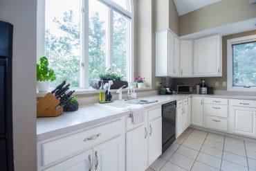kuchnia w jasnym kolorze płytki kuchenne
