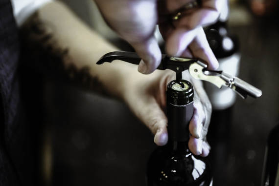 otwieranie wina korkociągiem