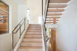 drewniane schody z metalową balustradą