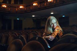 dziewczyna na fotelu na widowni teatralnej