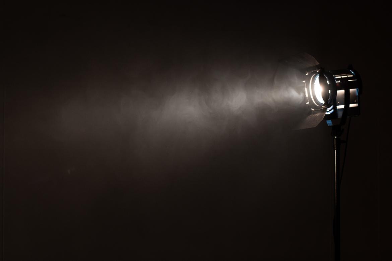lampa punktowa w ciemnym wnętrzu