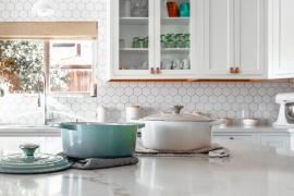 elegancka biała kuchnia z marmurowymi blatami