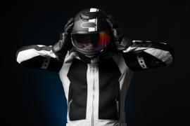 motocyklista zdejmujący kask