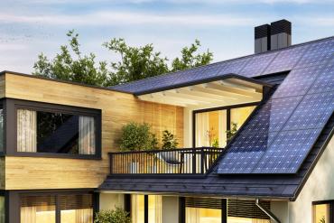 nowoczesny dom z zainstalowanymi panelami fotowoltaicznymi na dachu