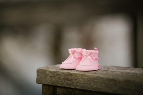 różowe buciki dla niemowlęcia