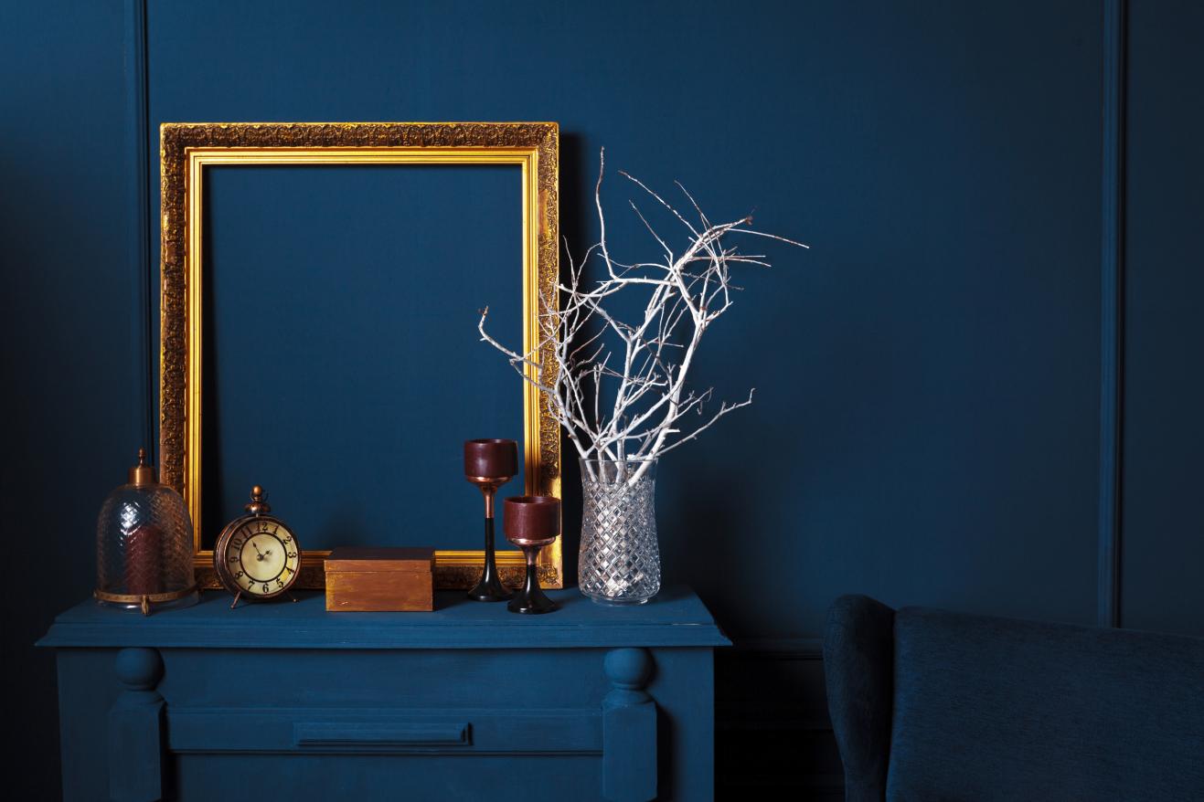 classic blue stylowe wnętrze złote i srebrne dodatki