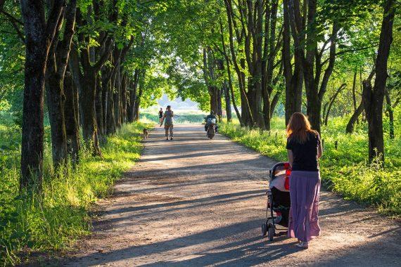 kobieta w parku z wózkiem