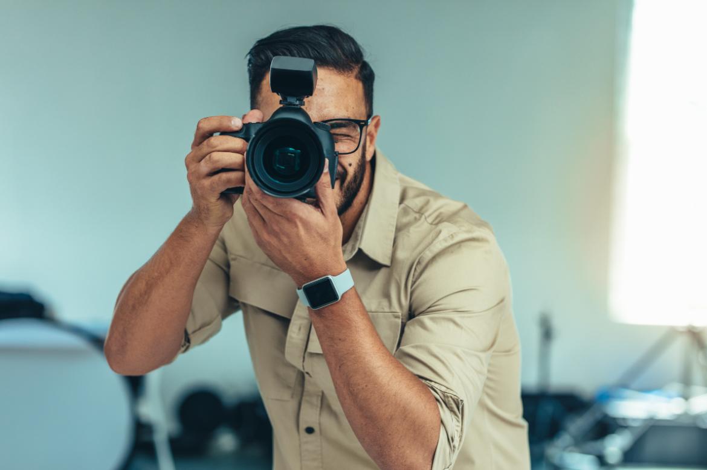 Fotograf robiący zdjęcia w studio