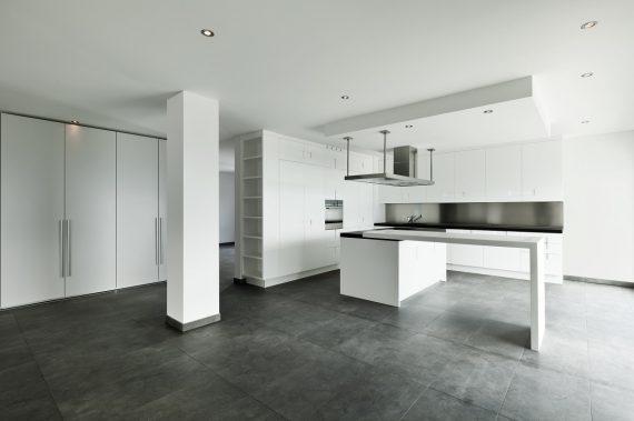 apartament z imitacją kamienia na podłodze