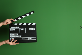 klaps filmowy na zielonym tle