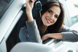 kobieta z kluczykami od samochodu w aucie