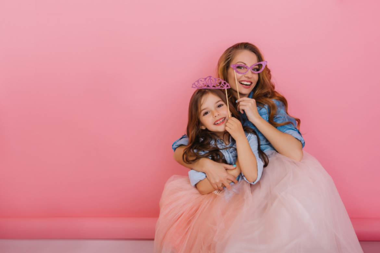 matka i córka w różowej sesji zdjęciowej