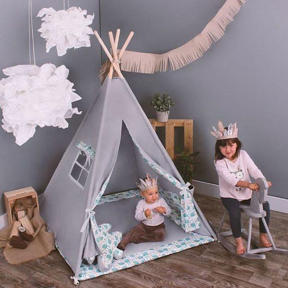 namiot indiański, przy którym bawi się dwójka dzieci