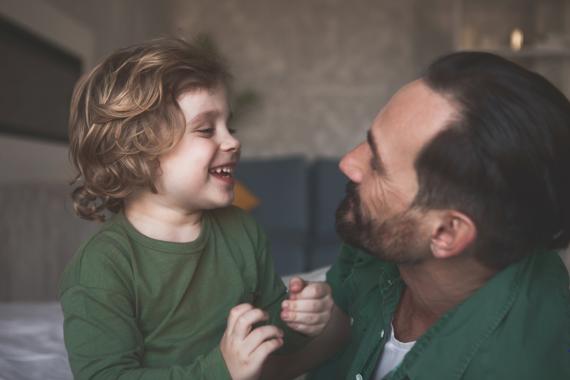 ojciec rozmawiający z dzieckiem