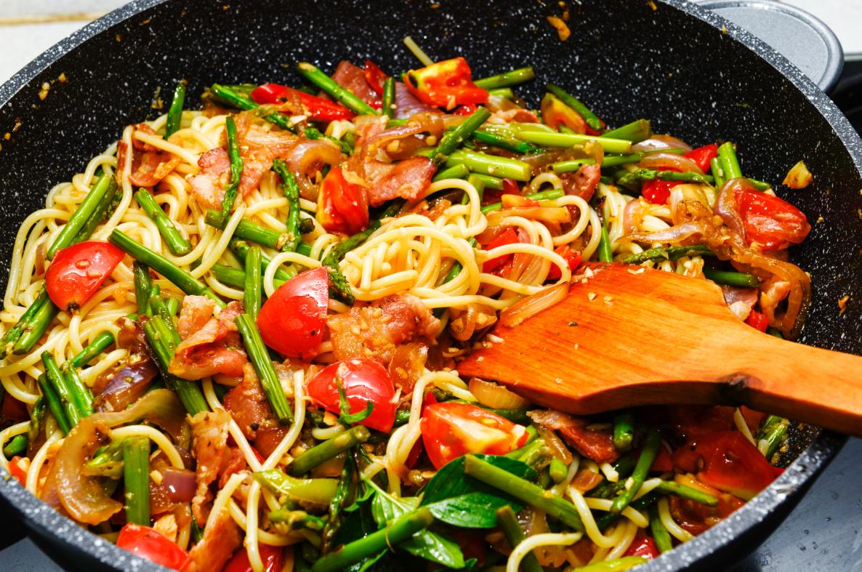 spaghetti szparagi i pomidory
