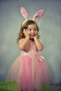 dziewczynka w sukience króliczka