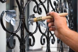 malowanie dekoracyjnych elementów ogrodzenia