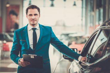 sprzedawca samochodu w salonie