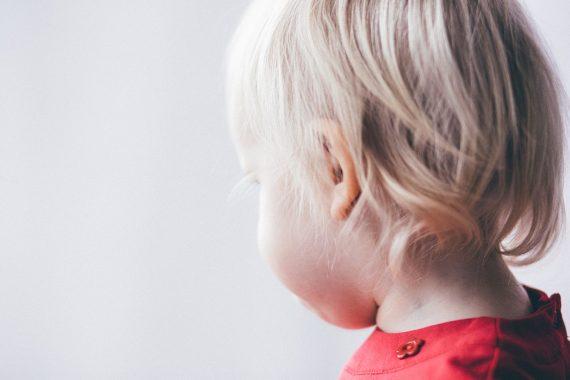 tył głowy małego dziecka