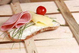 kanapka z wędliną i serem
