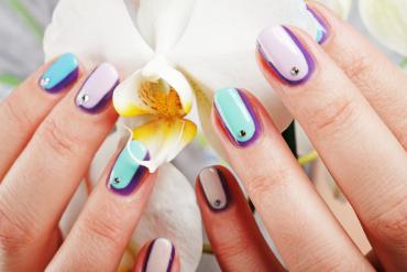 kolorowe paznokcie z biżuterią
