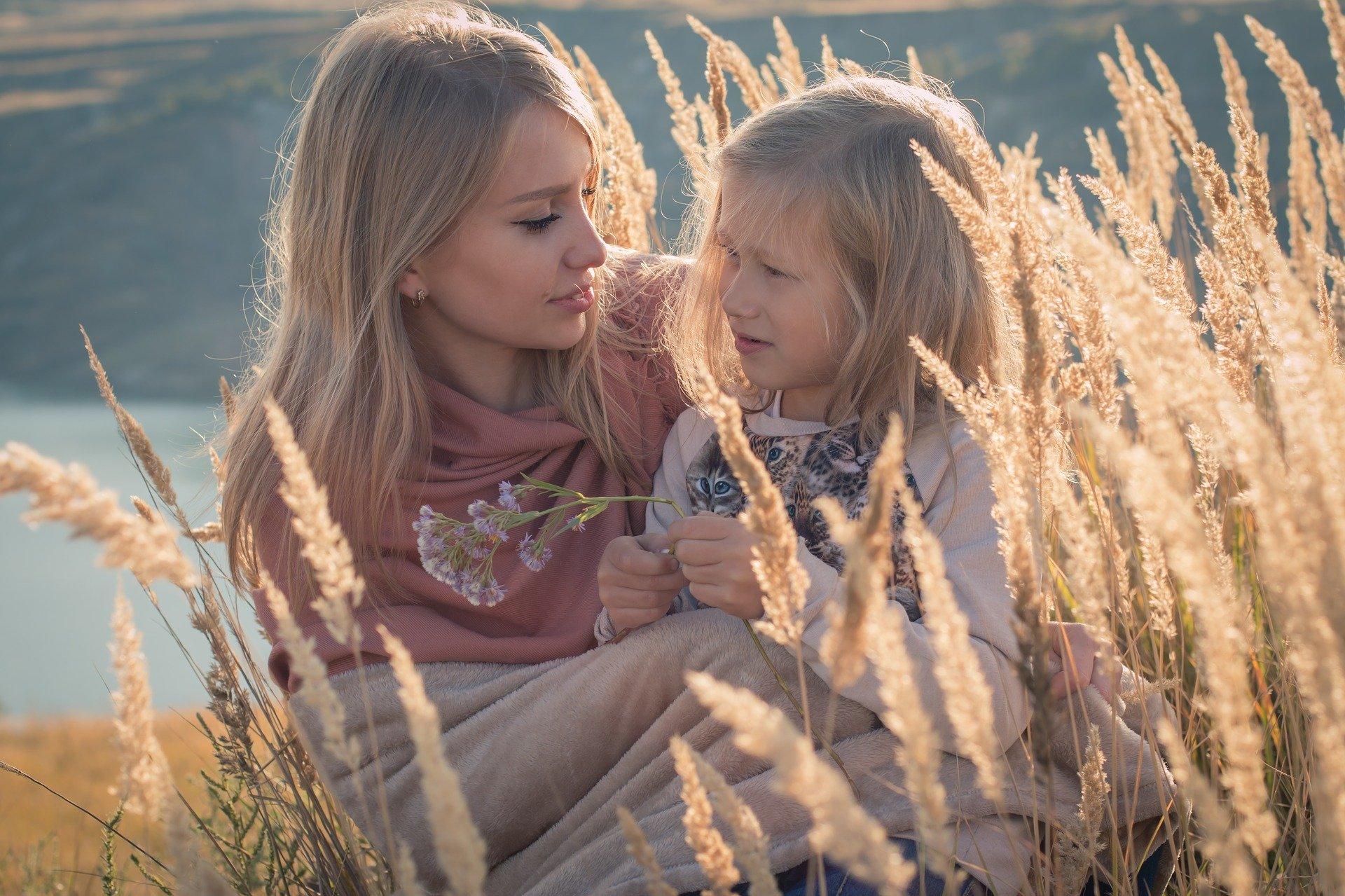 matka z córką na łące