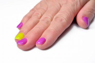 pastelowy tęczowy manicure krótkie paznokcie na lato