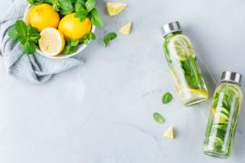 woda z cytryną ogórkiem w ko szklanych butelkach
