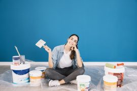 kobieta z farbami do malowania ścian