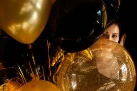 kobieta ze złotymi balonami