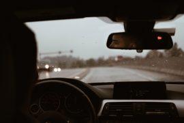 mężczyzna w samochodzie w deszczowy dzień