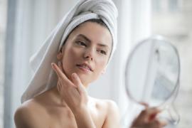 piękna kobieta przed lustrem pielęgnacja domowa
