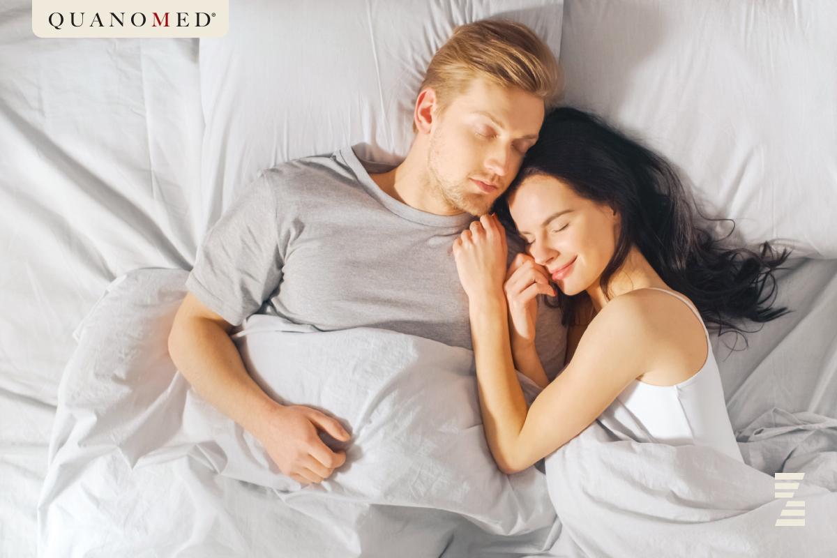 dwójka ludzi śpiąca w łóżku