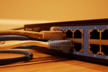 router z wpiętymi kablami