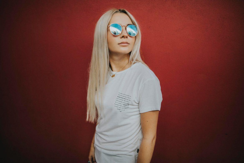 blondynka w okularach fotochromowych