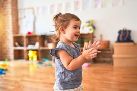 dziewczynka w przedszkolu montessori