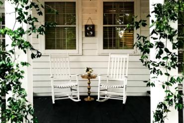 fotele przed domem na werandzie
