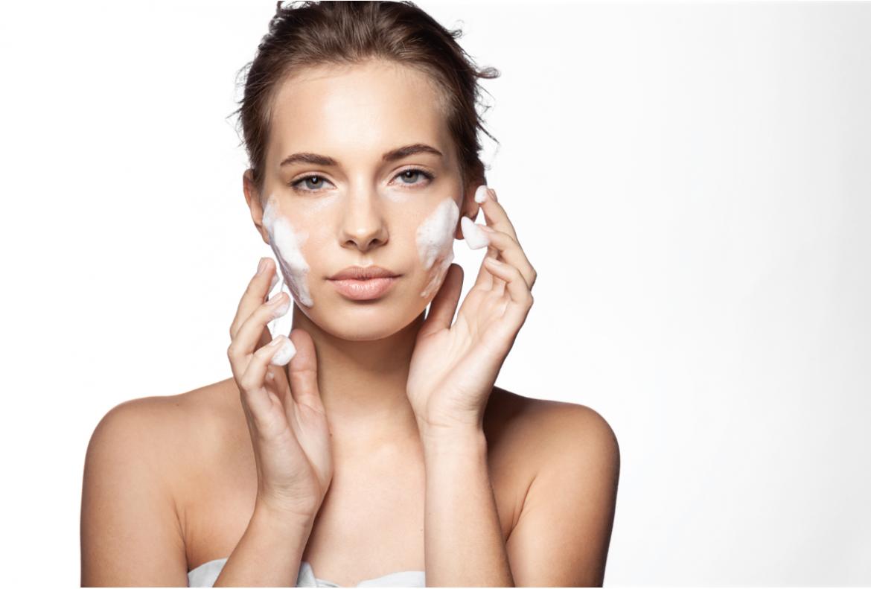 kobieta z pianką do mycia twarzy wieczorna pielęgnacja