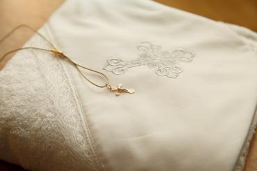 Krzyżyk biała szata chrzciny