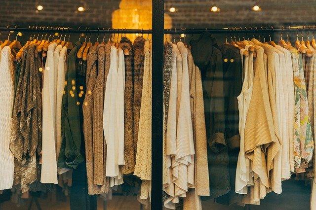 ubrania wiszące na wieszaku w sklepie