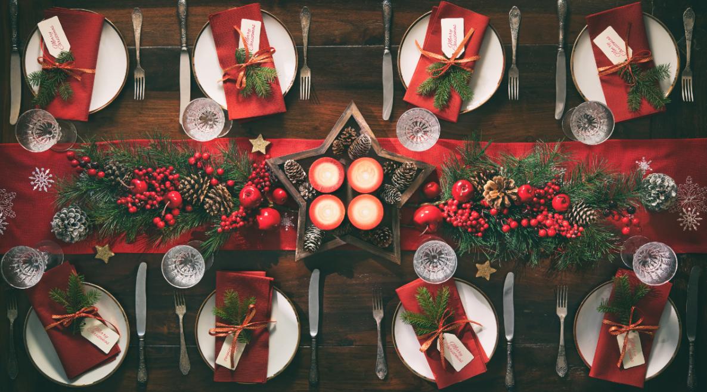 elegancko ozdobiony stół świąteczny