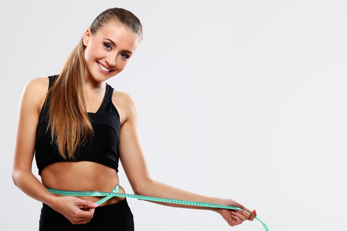 kobieta z centymetrem na biodrach