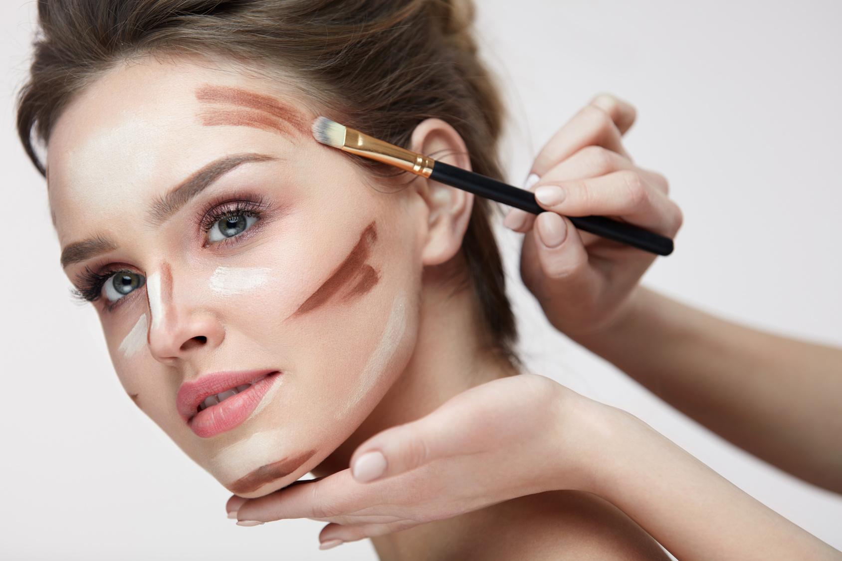 modelka konturowanie twarzy